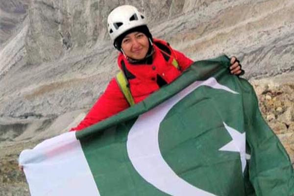 پاکستانی خاتون ثمر خان نے ساڑھے چار ہزار میٹر بلند بیافو گلیشر پر سائیکل چلا کر عالمی ریکارڈ قائم کردیا