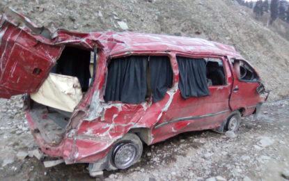 حفاظتی دیواروں سے محروم لواری ٹنل جانے والی سڑک کی حالت خراب، حادثات معمول بن گئے