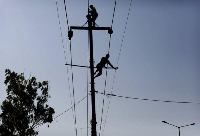 ذمہ دار عملے کے علاوہ کسی کو بھی بجلی کے کھمبوں پر چڑھنے کی اجازت نہیں ، شگر میں دفعہ 144 نافذ