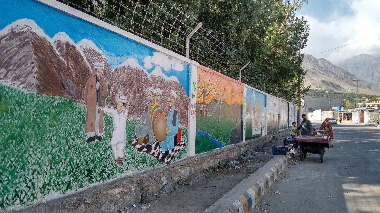 این سی اے لاہور کے طلبا کا تیس رکنی گروہ گلگت شہر کی دیواروں کی تزئین و آرائش میں مصروف