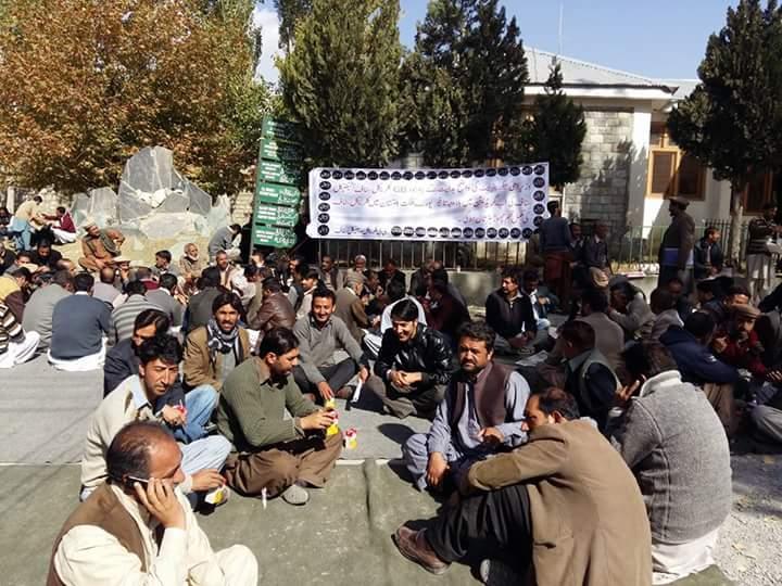 سکردو میں کلریکل سٹاف کا احتجاجی دھرنا جاری، مراعات اور سہولیات میں اضافے کا مطالبہ