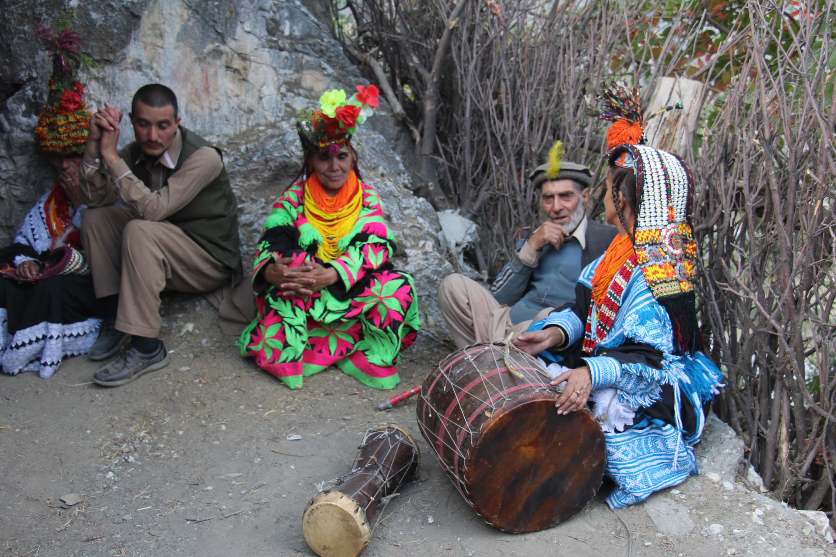 کیلاش قبیلے کا سالانہ مذہبی تہوار پھور احتتام پذیر، تہوار کے احتتام پر تیس جوڑے شادی کے بندھن میں بندھ گئے