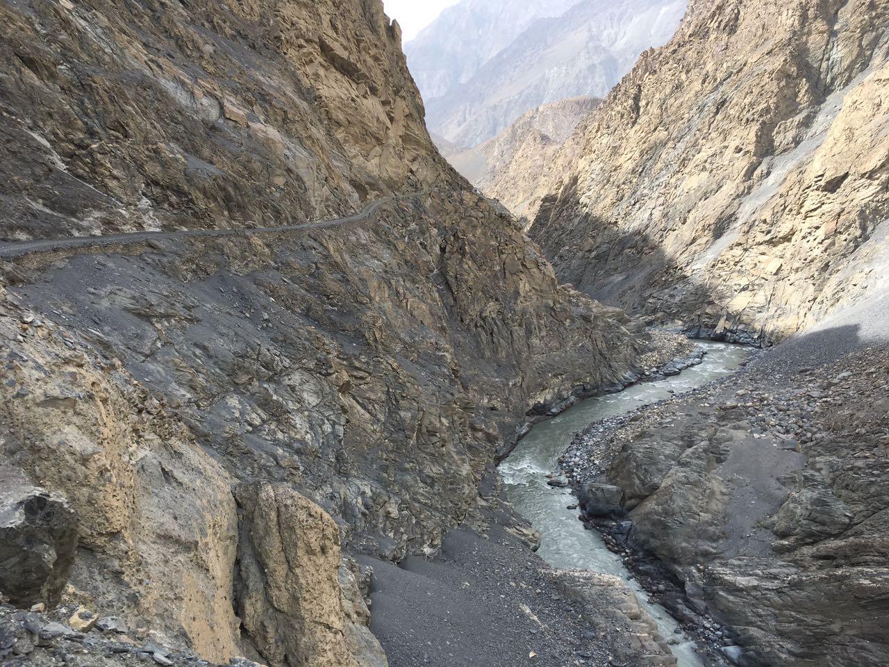 شمشال سے تعلق رکھنے والے بہادر شخص مرزا امان نے ساٹھ کلومیٹر طویل مشکل ترین راستہ ریورس گئیر میں گاڑی چلا کر طے کیا