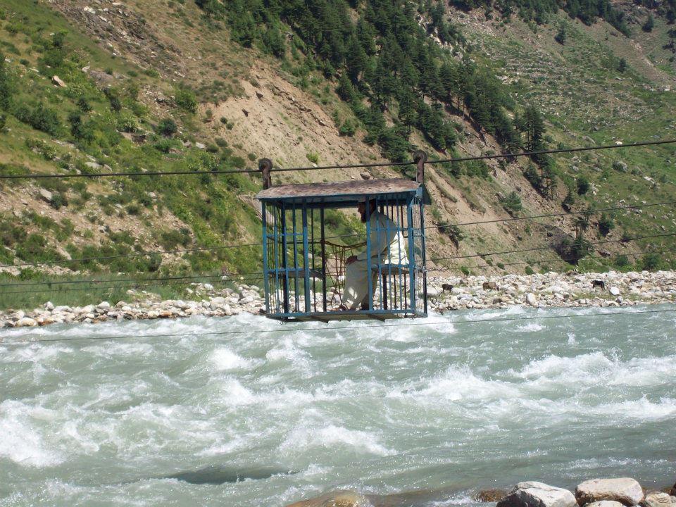 چترال: دریا پربنےاکثر پُل ٹوٹنے کی وجہ سے لوگ چئیر لفٹ میں سفر کرنے پر مجبور