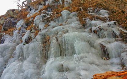 [تصویری کہانی] بابوسر، شدید سردی اور برفباری کے باعث ندی نالے اور آبشاریں جم گئیں