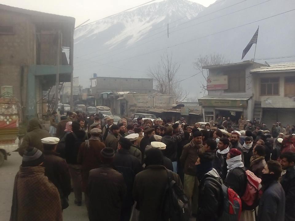 پشاور جانے کے لئے گاڑیاں کمیاب، چترالی مسافروں کا زبردست احتجاج
