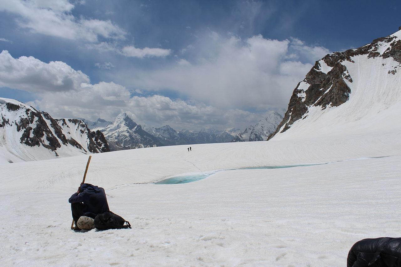 شدید برفباری کیوجہ سے درکوت کے رہائشی کی لاش نہیں دفنائی جاسکی، پانچ دنوں سے زمینی رابطہ منقطع