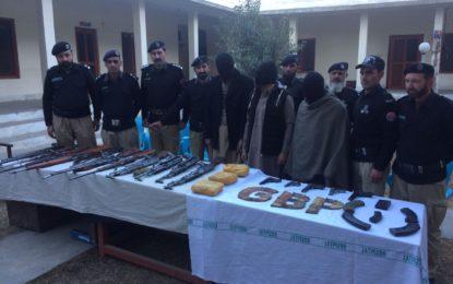 چلاس: دیامر میں پولیس کی کاروائی بھاری مقدار میں اسلحہ و منشیات برآمد، ملزمان گرفتار