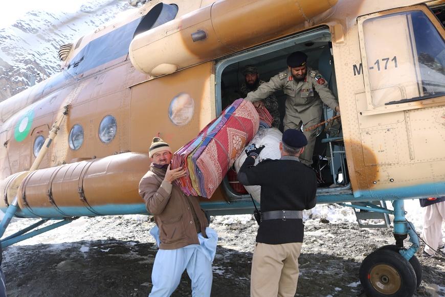 پاک فوج کے ہیلی کاپٹر میں ریلیف آئٹمز کریم آباد چترال پہنچا دئیے گئے  ہیں