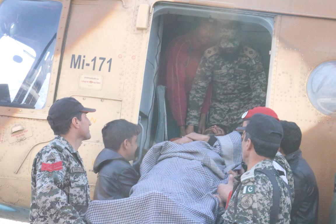 شیرشال چترال، پاک فوج کے ہیلی کاپٹر کے ذریعے امدادی اشیا اور مریضوں کی منتقلی جاری