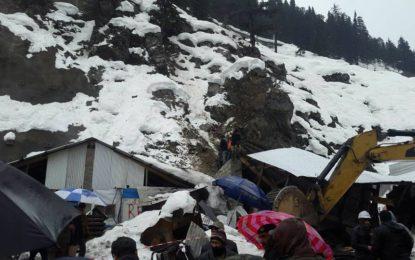 لواری ٹنل ایریا میں برف کا تودہ گرنے سے 7افراد جان بحق اور7 زخمی ہو گئے