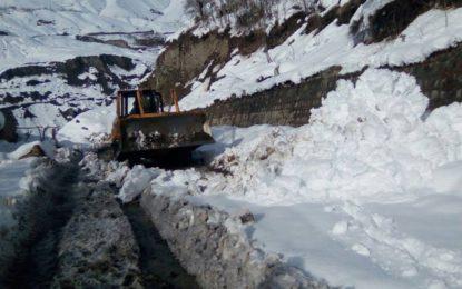 چترال کی بڑی شاہراہوں سے برف اور برفانی تودے ہٹاکر ٹریفک بحال کردی گئی
