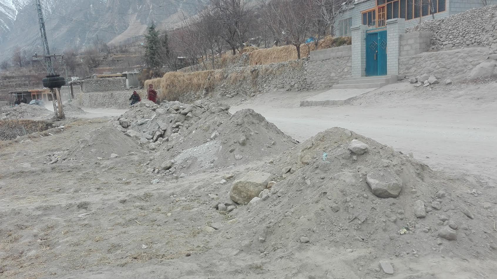 کریم آباد مین روڑ کا توسیعی کام ادھورا چھوڑ کر ٹھیکدار اور محکمہ تعمیرات کے اہل کار غائب