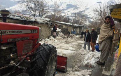 چترال: چترال ٹاون کے مختلف سڑکوں سے برف ہٹانے کا سلسلہ جاری