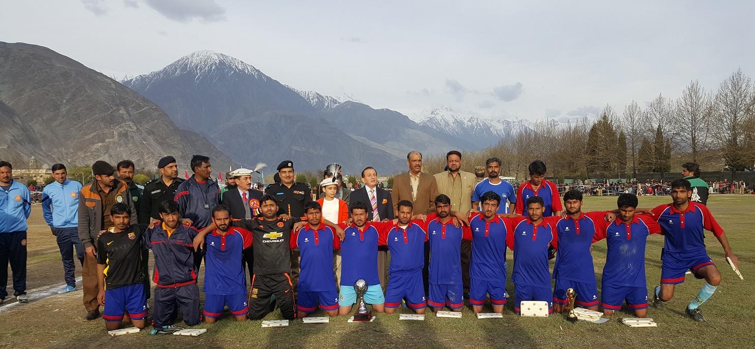 ُیوم پاکستان: دوستانہ فٹبال میچ میں ایف سی این اے اور گلگت کی ٹیموں کا مقابلہ ہوا