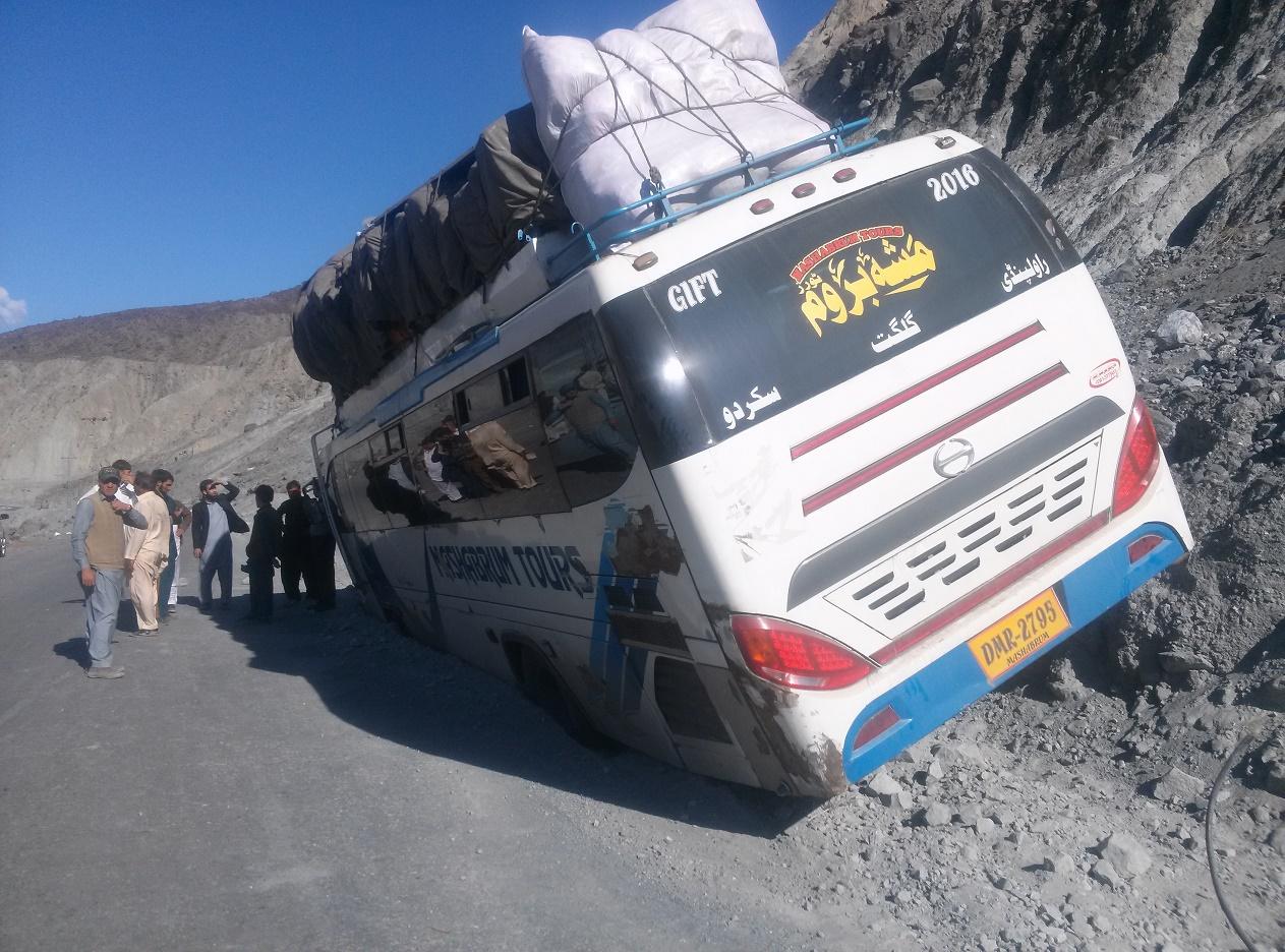 گلگت جانے والی بس حادثے کا شکار، تمام مسافر محفوظ رہے