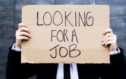 معمولی سکیل کی نوکریوں کے لئے ڈگری یافتہ نوجوان کی لمبی قطاریں