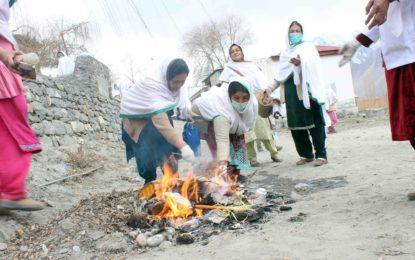 مرکزی ہنزہ کی خواتین رضاکار علاقے کی صفائی کے لئے نکل کھڑی ہوئیں، سیاحوں سے علاقے میں آلودگی نہ پھیلانے کی اپیل
