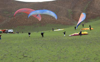 پیرا گلائڈنگ مہنگا شوق ہے، لیکن چترال کے مقامی پائلٹ اس فن کو دوسرے لوگوں تک منتقل کرنے میں مصروف عمل ہیں
