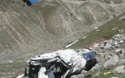 راولپنڈی سے چترال آنے والی کوسٹر لواری ٹاپ کے قریب حادثے کا شکار، 11افراد جان بحق، 10زخمی ہو گئے