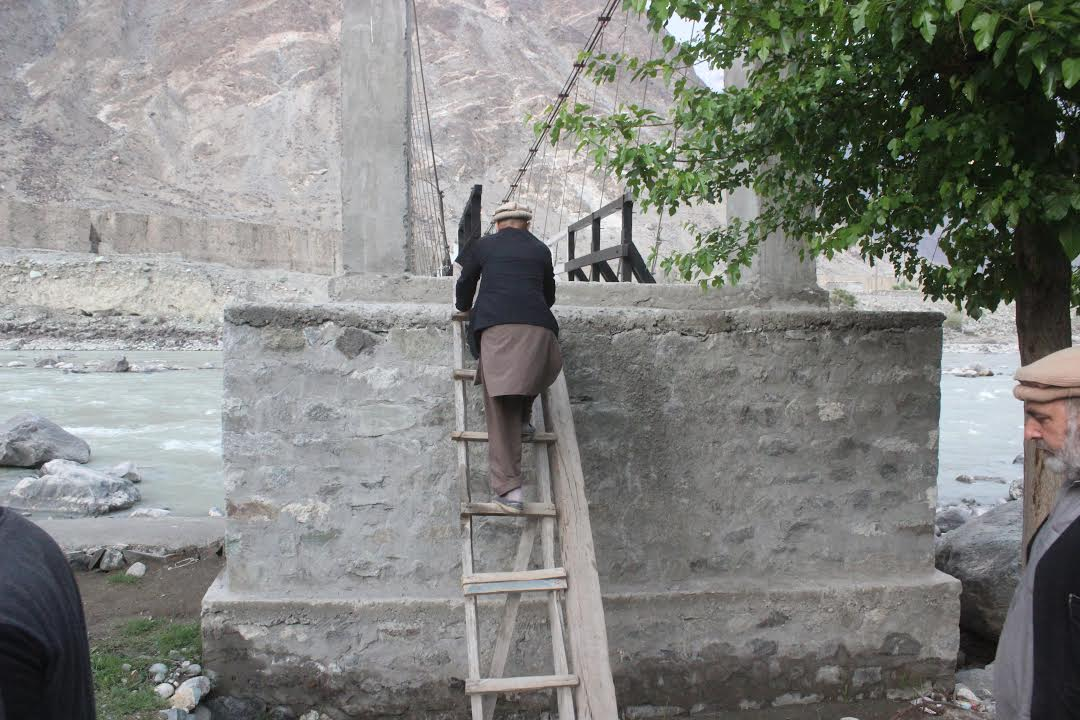 دریائے گلگت پر تعمیر شدہ نامکمل اور غیر محفوظ پل انسانی جانوں کے لئے خطرہ بن سکتا ہے