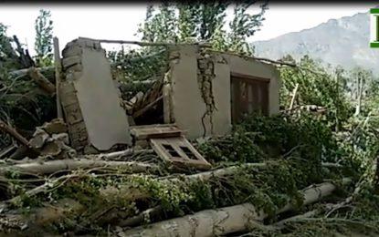 شگر میں آندھی نے درخت گرا دیے، غریب محنت کشوں کے گھر دب کر تباہ