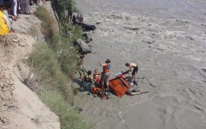 چترال حادثے کے بعد مسافروں کی تلاش کا سلسلہ جاری، جیپ میں پھنسی خاتون کی لاش برآمد