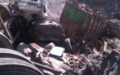 سکردو سے آلو لے کر جانے والا ٹرک کھائی میں گرگیا، ڈرائیور جان بحق، ٹرک نکالنے میں مدد کے لئے اپیل