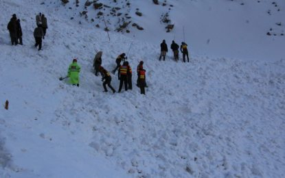 برفانی تودے کی زد میں آنے والے دو پی ٹی سی ایل ملازمین کی لاشیں مقامی رضاکاروں نے نکال لیں