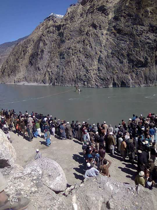 چترال: مسافر گاڑی دریا چترال میںگرنے سے چھ افراد جان بحق، ایک ہی خاندان کے تین افراد شامل