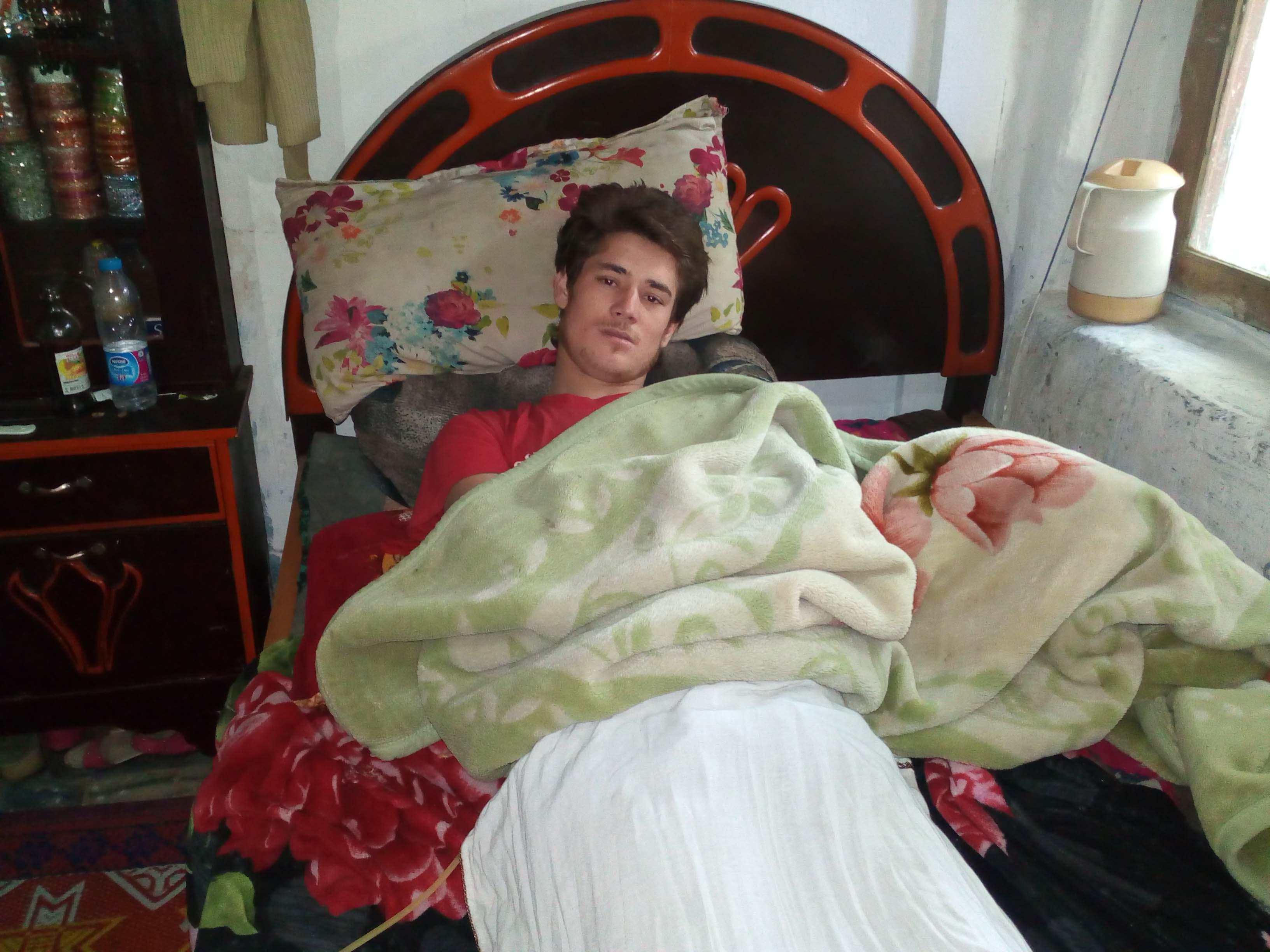 19 سالہ چترالی نوجوان احسان اللہ کی کمر حادثے میں ٹوٹ گئی، دونوںٹانگوں نے کام کرنا چھوڑدیا، فاقوں کی نوبت آگئی ہے مفت علاج کی اپیل