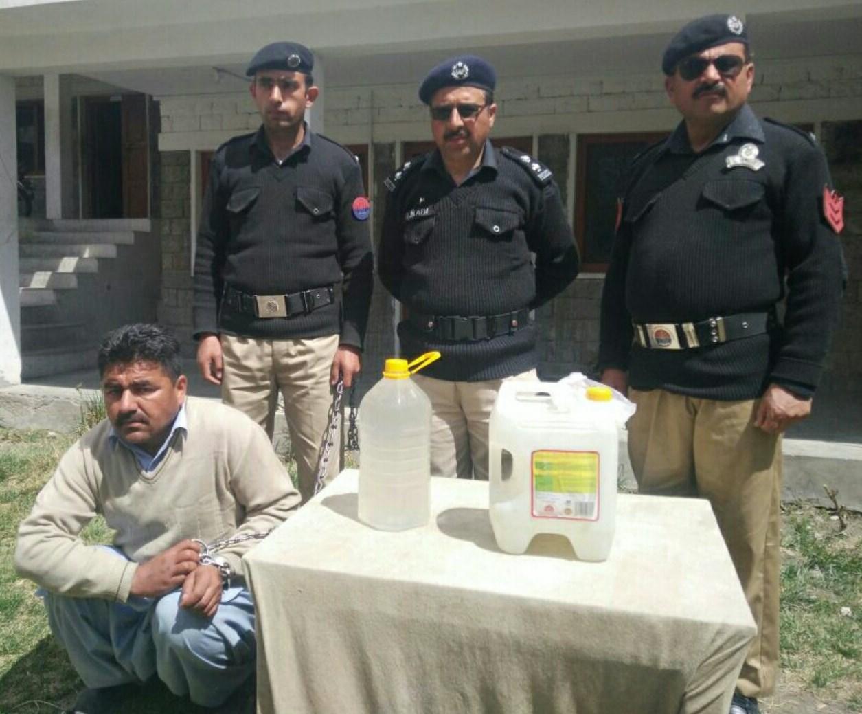 ہنزہ پولیس کی کاروائی، ملزم 15 لیٹر دیسی شراب سمیت گرفتار