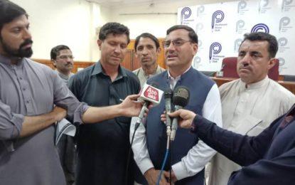پرویزخٹک اورعمران خان چترالی عوام سے جھوٹ بولنے پرمعافی مانگیں؍ایم پی اے سلیم خان کاپشاورمیں پریس کانفرنس سے خطاب
