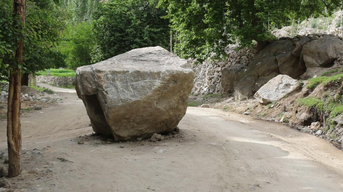 محکمہ تعمیرات عامہ شگر کے علاقے داسو میں سڑک کے درمیان پڑے پتھر کو ہٹانے میں ایک سال بعد بھی ناکام
