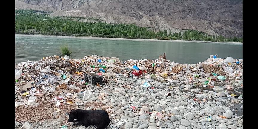 بلدیہ گاہکوچ نے شہر کا کچرا دریائے غذر میں پھینکنا شروع کردیا