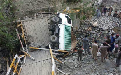 شیر قلعہ میں خستہ حال لکڑی کا پل ٹوٹ گیا، گاڑی نالے میںگرگئی، تین افراد زخمی