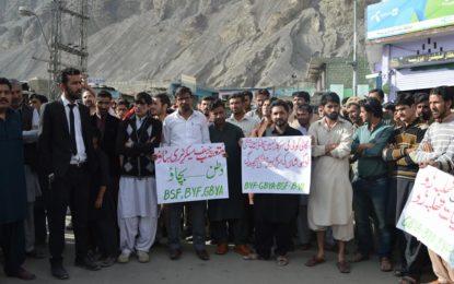 چیف سیکریٹری گلگت بلتستان کے عوام سے معافی مانگے، حکومت اس کے خلاف کاروائی کرے، مظاہرین کا مطالبہ