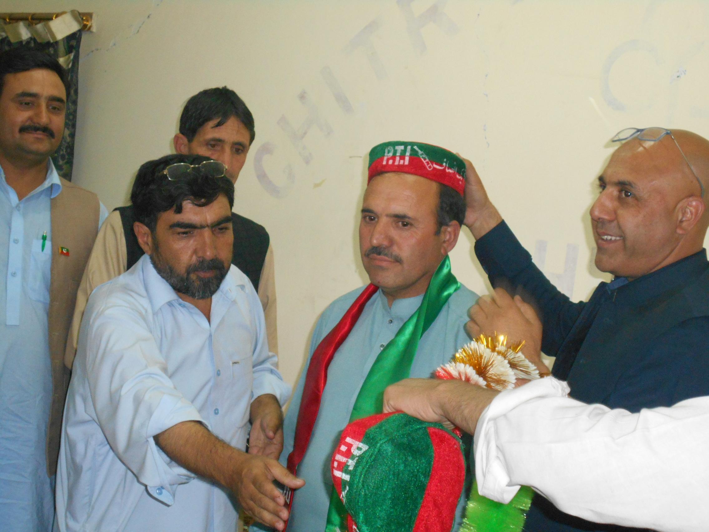 پیپلز پارٹی چترال کے نائب ضلعی صدر نے تحریک انصاف میں شمولیت اختیار کر لی