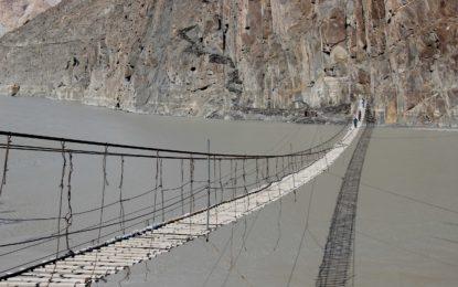 وادی گوجال کے گاوںحسینی میںواقع معلق پُل، دنیا کے خطرناک ترین معلق پلوںمیںسے ایک