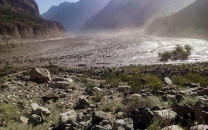 سیلابی ریلے نے دریائے اشکومن کا بہاو روک دیا، سڑک بند، مقامی آبادی محفوظ مقامات پر منتقل