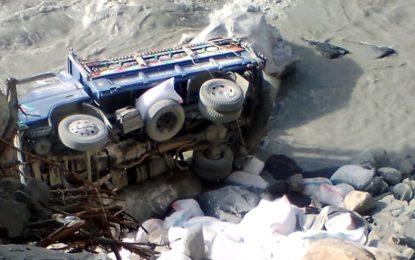 شمشال جاتے ہوے آٹے سے بھری گاڑی حادثے کا شکار، ڈرائیور زخمی ہوگیا