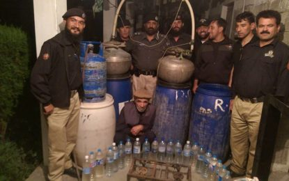"ہنزہ پولیس نے بدنام زمانہ شراب فروش ""بیکو""کو گرفتار کر لیا، 30 بوتل دیسی عرق برآمد"
