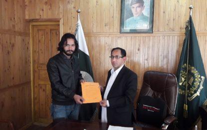 انسانی خدمات میںپیش پیش رہنے والے نوجوان رضاکار احمد یوسف اخونزادہ کو تعریفی سند سے نوازا گیا