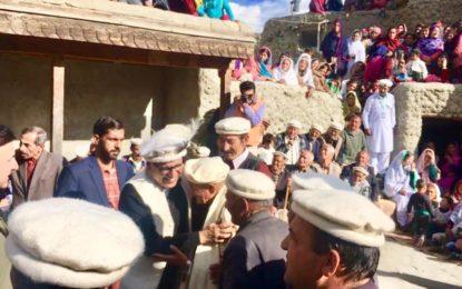 بغیر سیکیورٹی و پروٹوکول دورہ، بابا جان کے گھر والوںسے ملاقات، صدر عارف علوی ہنزہ میںہیرو بن گئے
