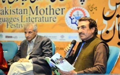 """اسلام آباد: ادبی میلےمیں شاعرجاوید حیات کاکاخیل کی کتاب """"گرزین"""" نے کھوار زبان کی نمائندگی کی"""