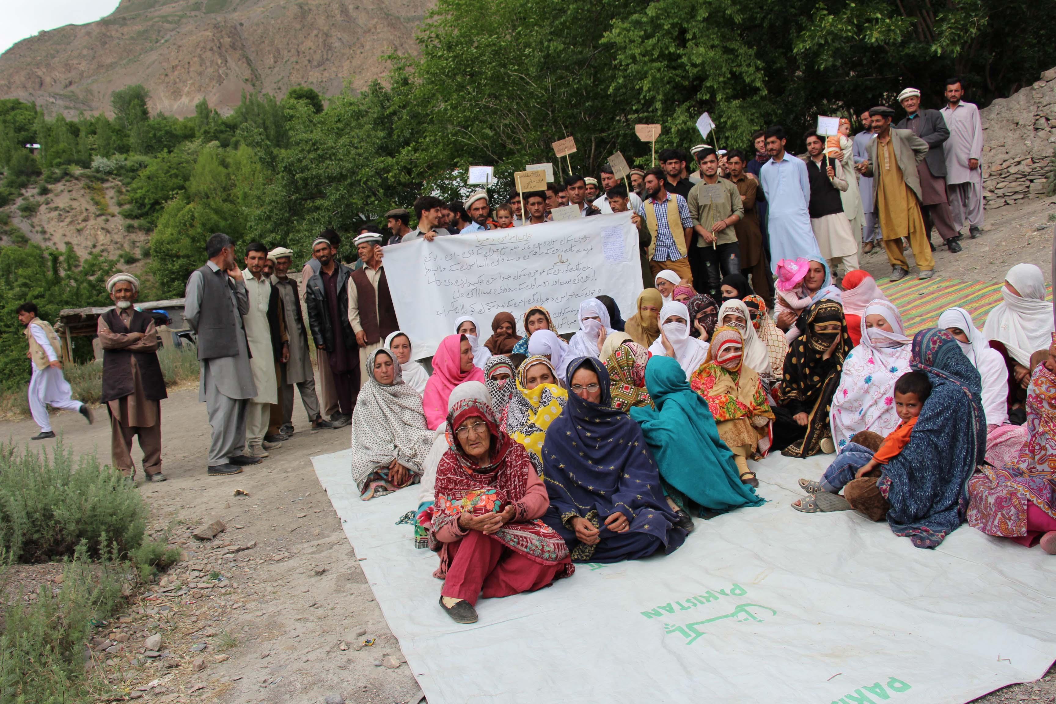 چترال کے بالائی علاقے کوشت موژ دیہہ میںخواتین، بچوں اور بوڑھو ں سمیت سینکڑوں افراد کا احتجاجی دھرنا