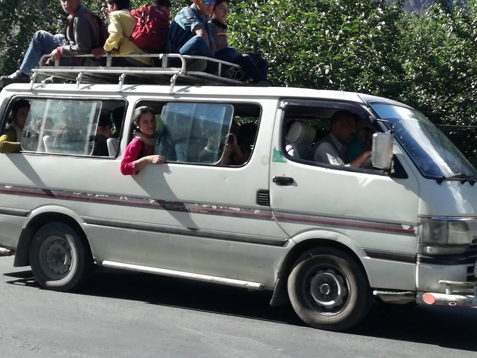 ہنزہ میں پکنک کے لئے جانیوالے سکول و کالج کے طلبہ و طالبات کے ڈیرے، ٹرانسپورٹرز کی بے احتیاطی سے حادثات کا خدشہ