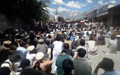 کوہستان پولیس اور دہشگرد مل کر غذر کے عوام کو بلیک میل کرنا چاہتے ہیں، نذیر احمد ایڈووکیٹ کا دھرنے سے خطاب
