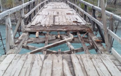 یاسین کے بالائی گاوںمیںنامعلوم افراد نے تین سو سال قدیم پُل کے دس فٹ حصے کوکاٹ کر دریا میں بہادیا
