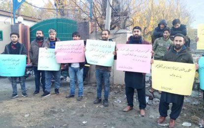 طلبا یونینز پر پابندی سے تعلیمی اداروںمیںمسائل کے انبار لگ گئے ہیں، گلگت پریس کلب کے سامنے یکجہتی مارچ کے حوالے سے مظاہرہ
